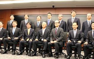 トヨタ自動車の新任役員、新任常務理事ら(31日、愛知県豊田市)