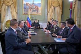 1日、ベネズエラの首都カラカスで、閣僚らとの会合に出席するマドゥロ大統領(中央)=ロイター