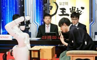 将棋ソフト「PONANZA」に敗れた佐藤天彦名人(手前右)=1日、栃木県日光市の日光東照宮