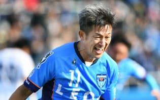 ゴールを決め喜ぶ横浜FCの三浦知良(3月12日の群馬戦)