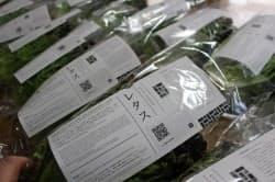 ブロックチェーンで管理した生産情報を付与した野菜。QRコードが付いており、スマートフォンを使って栽培過程をみることができる。