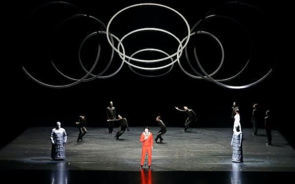 神奈川県民ホールの「魔笛」。大小さまざまの金属リングが浮遊する勅使川原三郎の演出(撮影=長谷川清徳)