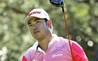 マスターズゴルフ練習ラウンド、15番でティーショットを放ちボールの行方を追う松山英樹(4日、オーガスタ・ナショナルGC)=共同