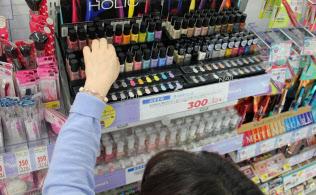 コーセーのマニキュアブランド「NAILHOLIC(ネイルホリック)」は、豊富な色を低価格でそろえ、試し買いを誘う(東京都内のドラッグストア)