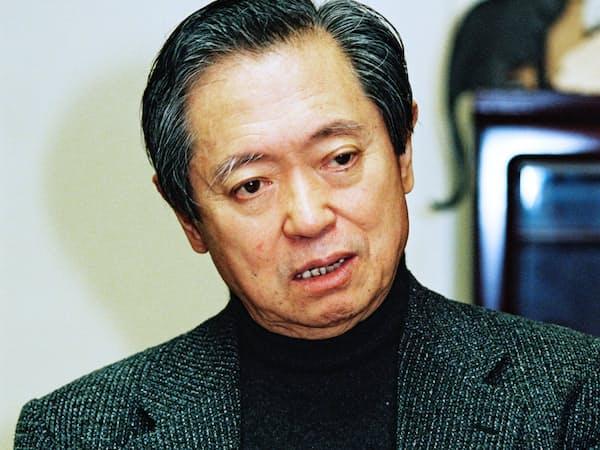 インタビューに答える大岡信氏(2002年10月22日)