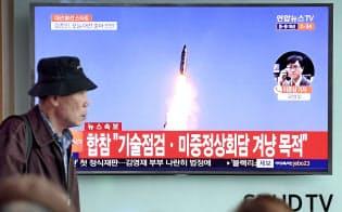 北朝鮮の弾道ミサイル発射について速報する韓国のテレビ=共同