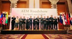日ASEAN経済閣僚会議で握手する各国の担当閣僚ら。中央は世耕経産相=8日午前、大阪市(代表撮影)