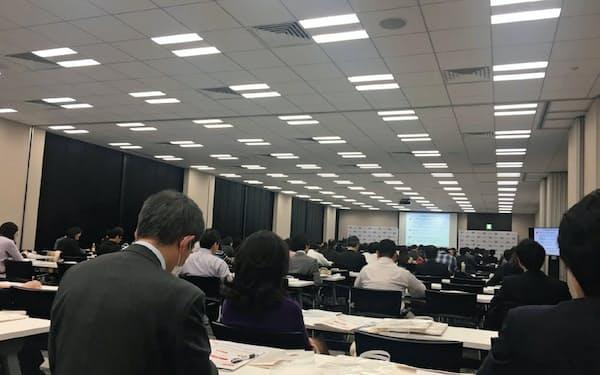 楽天証券が3月末に開いた個人型DCセミナーにはおよそ150人が詰めかけた(東京・中央)
