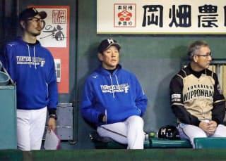 栗山監督(中央)は「最後に笑えばいい」と語る=共同