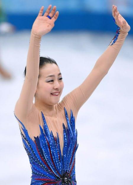フリーの演技を終え、声援に応える浅田真央(2014年2月20日、ソチ)=写真 柏原敬樹