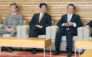 閣議に臨む安倍首相(中央、右は麻生副総理、左は石原経済財政相、11日午前)