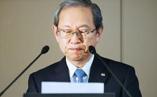 決算発表で厳しい表情を見せる東芝の綱川社長(11日、東京都港区)