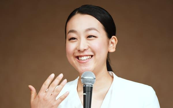 記者会見で引退を発表する浅田(12日午前、東京都港区)