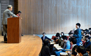 東工大での講演会で、池上彰特命教授に質問する新入生(6日、東工大大岡山キャンパス)