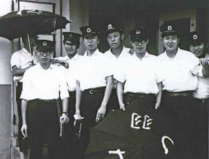 新人研修時代の山中さん。最初はバス部門に配属された(左から3人目)