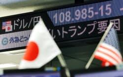 1ドル=108円台で取引される外為市場(13日午前、東京都港区の外為どっとコム)