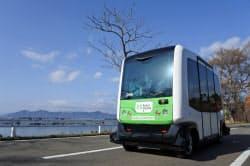 国家戦略特区での公道走行実験で、通行止めにした田沢湖岸を走る無人運転バス(16年11月、秋田県仙北市)