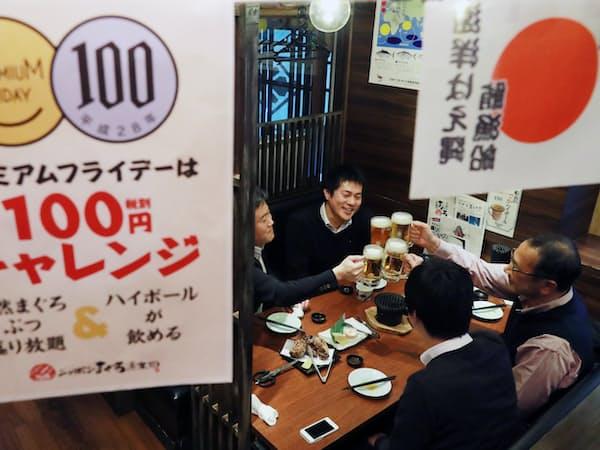 プレミアムフライデーで仕事帰りにビールで乾杯する会社員(2月24日午後、東京都港区)