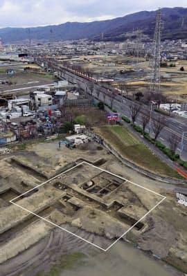 八尾市で見つかった塔の基壇跡(白線で囲った部分)=八尾市教育委員会提供