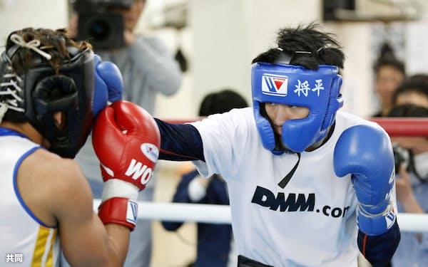 WBO世界バンタム級タイトルマッチに向け、練習を公開した挑戦者の大森将平(13日、京都市)=共同