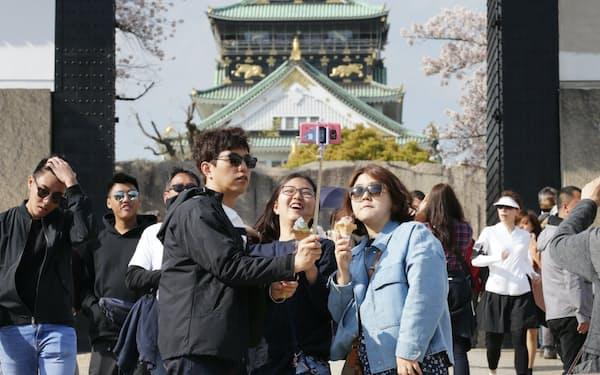 外国人観光客の関心はモノからコトに移りつつある(大阪市の大阪城公園)