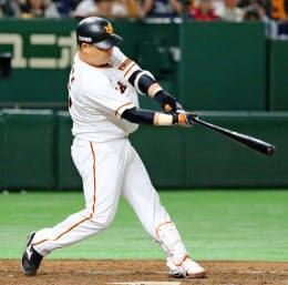 代打で本塁打を放つ巨人・村田=共同