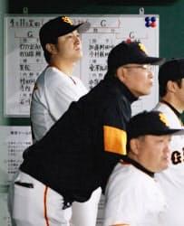 高橋監督(左奥)ら首脳陣はベテランと互いに理解できているか=共同