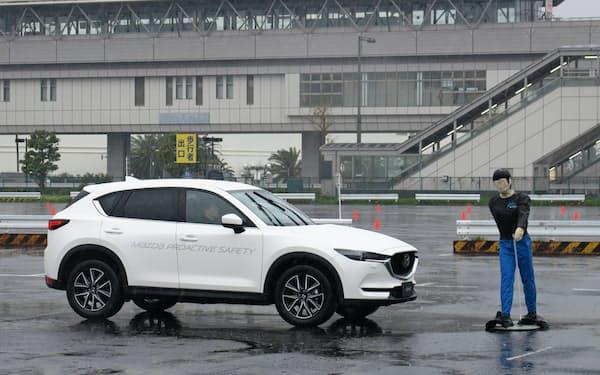 マツダは17年度中に先進安全技術をほぼすべての車種に標準装備する(11日に都内で開いた安全技術説明会)