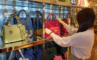 サマンサタバサは今春から、単価を1万円以上引き下げていく(東京・新宿の店舗)
