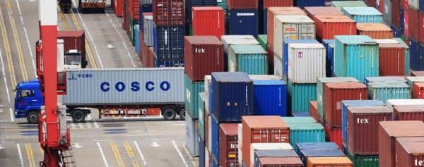 8月の対米輸出は前年同月比16%減、輸入は同22%減と大幅に落ち込んだ(写真は中国・上海の港)