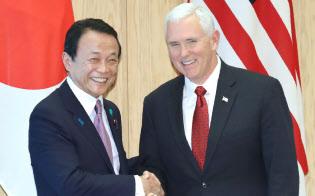 日米経済対話の初会合を前に握手するペンス米副大統領(右)と麻生副総理(4月18日、首相官邸)