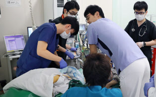 救急車で運ばれてきた患者に救命処置を施す医師や看護師(千葉県浦安市の東京ベイ・浦安市川医療センター)