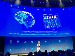 脳でコンピューターを操作する技術について説明するフェイスブック幹部(19日、カリフォルニア州サンノゼ)