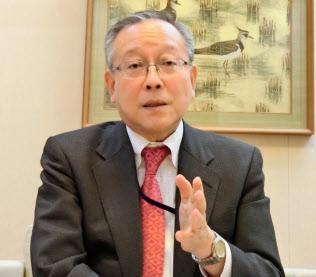 日本赤十字看護大学・渡辺芳樹客員教授。厚生労働省年金局長、スウェーデン大使などを歴任
