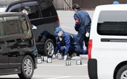 現金約3億8千万円が奪われたと通報のあった現場付近を調べる福岡県警の捜査員(20日、福岡・天神)