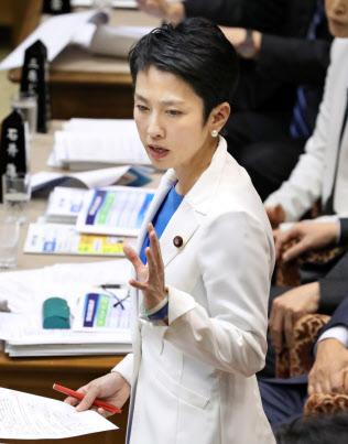 参院予算委で質問する民進党の蓮舫代表(1月)
