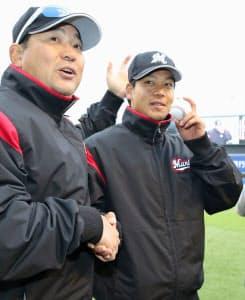 佐々木(右)は6日の日本ハム戦でプロ初勝利を挙げ、伊東監督と握手する=共同