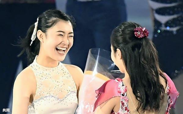 引退を表明し、エキシビションで本田真凜(右)から花束を受け取る村上佳菜子(23日、国立代々木競技場)=共同