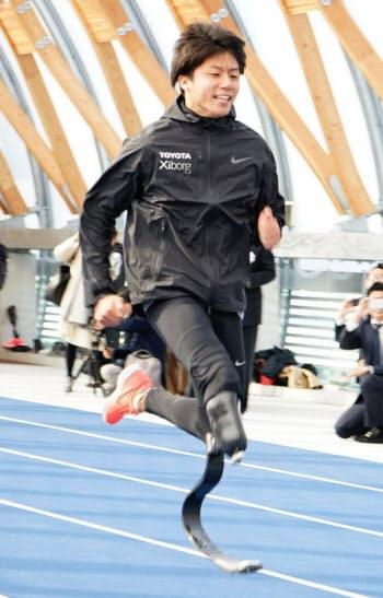 サイボーグの開発した義足を履いて走る佐藤圭太選手。リオのパラリンピックにも出場した