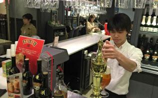 タリーズコーヒープライムファイブでは夕方からビールを飲みに来る女性も多い(東京・銀座)