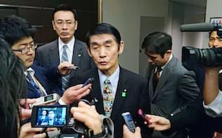 東日本大震災の被害を巡り「まだ東北で良かった」などと発言した後、記者団の取材に応じ、謝罪した今村復興相。夜に辞意を固めた=25日午後、東京都内のホテル