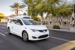 フェニックス郊外の公道を走るウェイモの自動運転車=同社提供