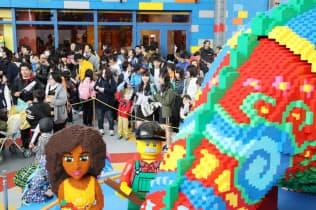 オープンし、多くの来場者でにぎわう「レゴランド・ジャパン」(1日、名古屋市港区)