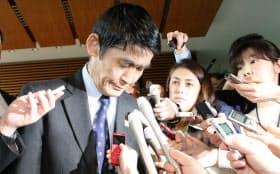 辞表提出後に報道陣の前で頭を下げる今村氏(26日午前、首相官邸)