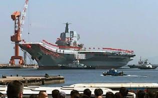 進水する中国初の国産空母(26日、中国遼寧省大連市)=共同