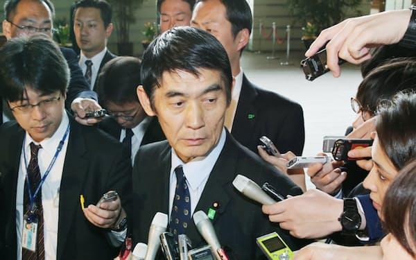辞表提出後、記者の質問に答える今村氏(26日、首相官邸)