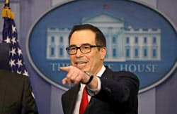 26日、記者会見で大型税制改革の基本方針を説明するムニューシン米財務長官(ホワイトハウス)=ロイター