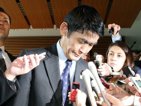 東日本大震災から6年。6人目の復興相が失言で辞任した。(辞表提出後に報道陣の前で頭を下げる今村氏。26日午前、首相官邸)