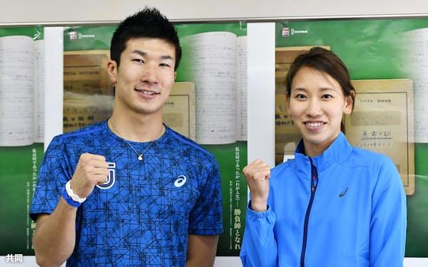 記者会見でポーズをとる桐生祥秀(左)と福島千里(28日、エディオンスタジアム広島)=共同