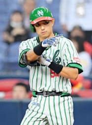 7回、中前に復帰後初安打を放ち、三塁ベンチを指さすソフトバンク・川崎(28日、京セラドーム)=共同